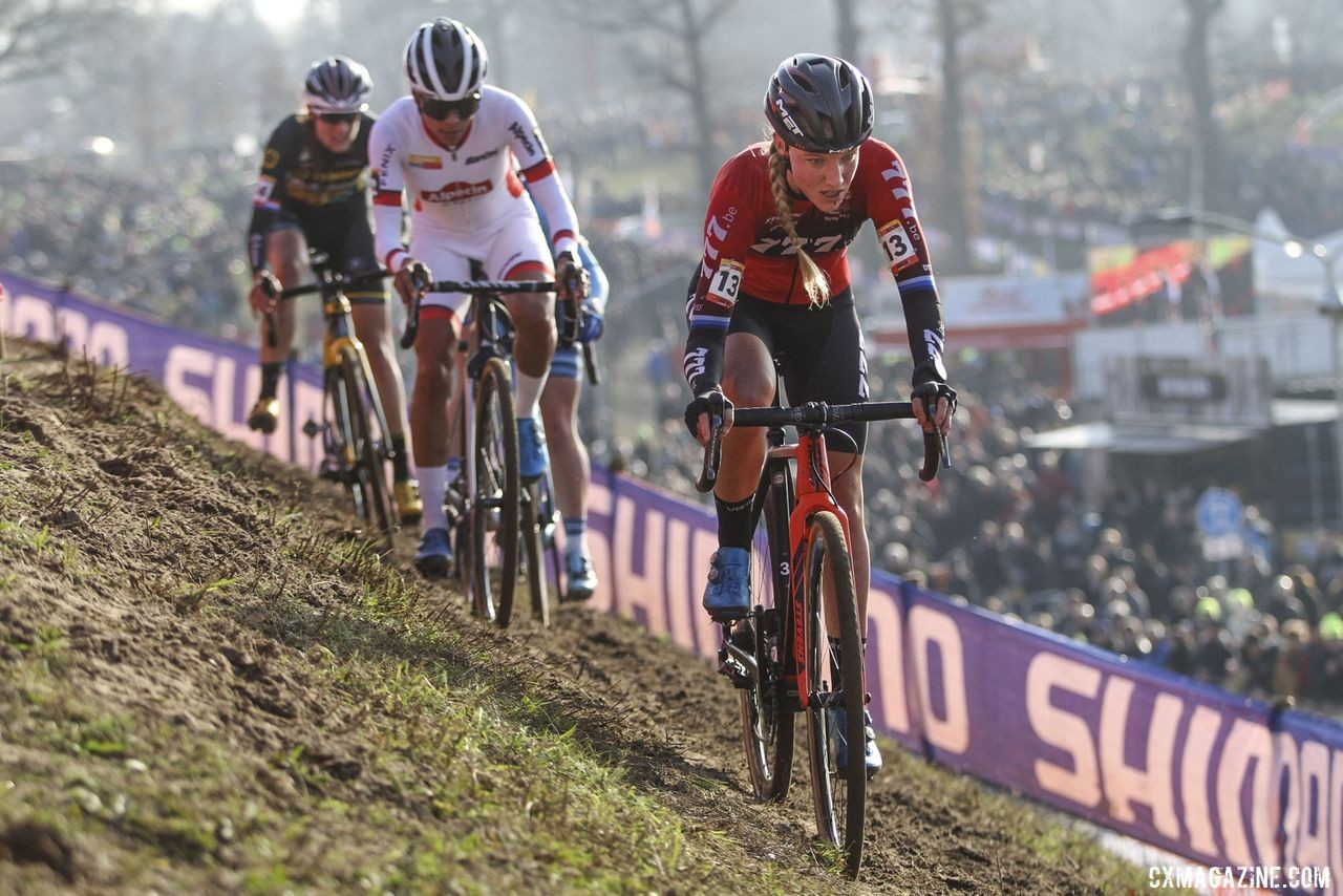 Annemarie Worst leads the group of riders battling at the front. 2020 World Cup Hoogerheide, Netherlands. © B. Hazen / Cyclocross Magazine