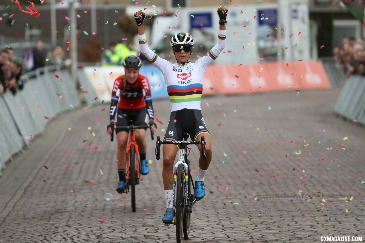 Alvarado beats Worst in a sprint once again. Elite Women. 2020 Vestingcross Hulst. © B. Hazen / Cyclocross Magazine