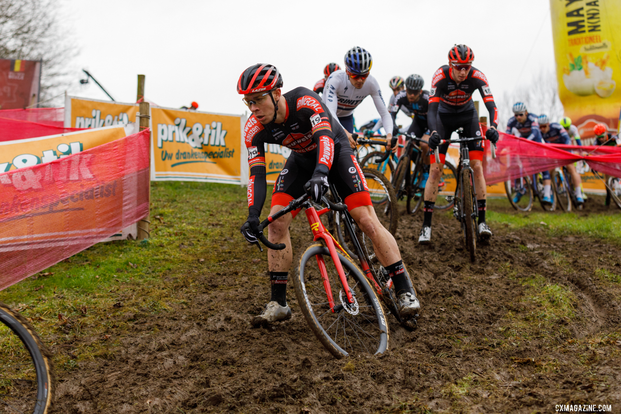 Sweeck amid a group of riders including eventual third-place Pidcock. © Alain Vandepontseele / Cyclocross Magazine