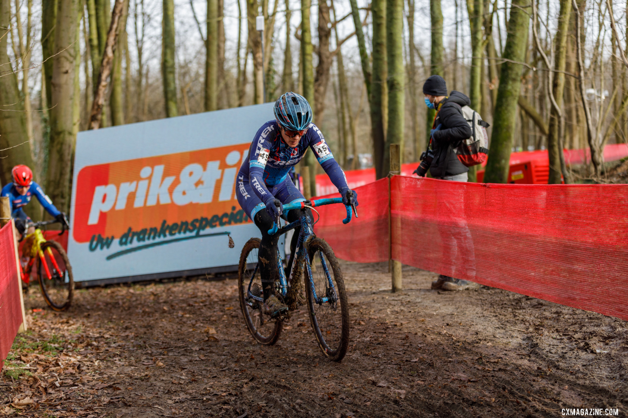Compton rounds the corner as in her final European-based season. © Alain Vandepontseele / Cyclocross Magazine