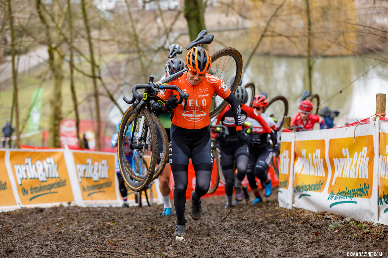 Coogan Cisek leads a group of competitors in her last race of the season. 2021 UCI Overijse Cyclocross World Cup. © Alain Vandepontseele / Cyclocross Magazine