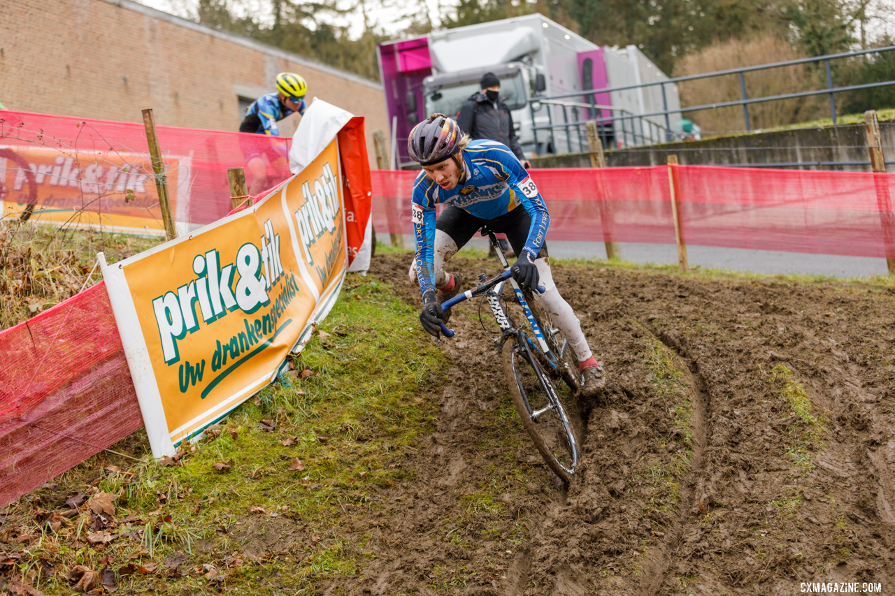 Anderson goes down a muddy slope. © Alain Vandepontseele / Cyclocross Magazine