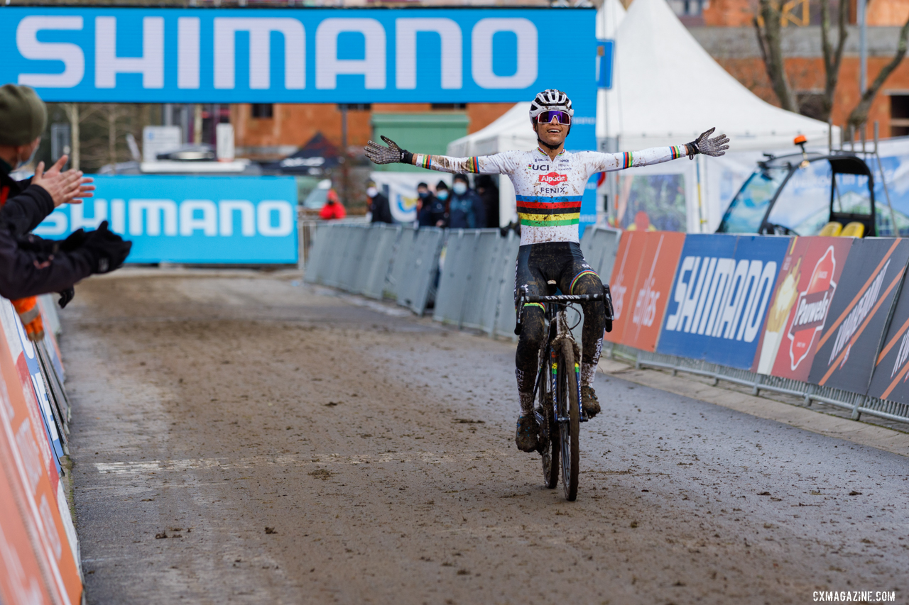 Alvarado celebrates as she finishes the race as the victor. 2021 UCI Overijse Cyclocross World Cup. © Alain Vandepontseele / Cyclocross Magazine