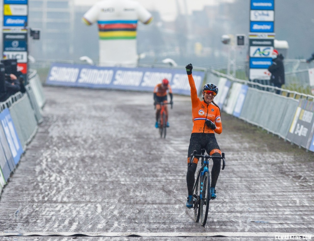 After countless close calls, Lucinda Brand can add World Champ to her palmares. Elite Women, 2021 Cyclocross World Championships, Ostend, Belgium. © Alain Vandepontseele / Cyclocross Magazine