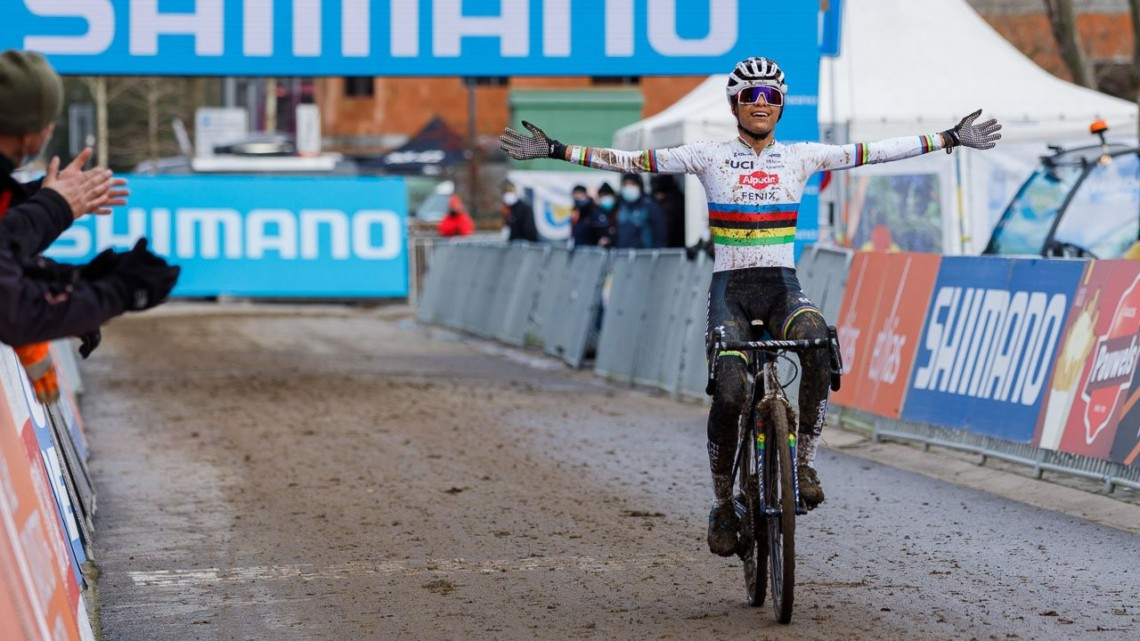 Ceylin del Carmen Alvarado celebrates her win at the 2021 UCI Overijse Cyclocross World Cup. © Alain Vandeponteseele / Cyclocross Magazine
